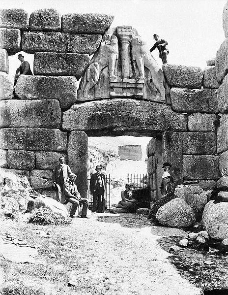 Schliemann en la Puerta de los Leones de Micenas